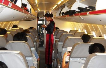 Khoang hành khách trong máy bay Bombardier CRJ 900 của Air Mekong