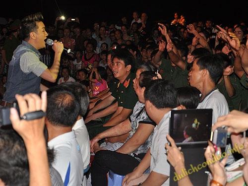 Ca sĩ Đàm Vĩnh Hưng nhiệt tình giao lưu với khán giả Côn Đảo trong đêm diễn 9-7